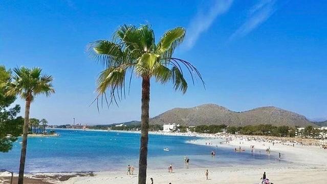 Der Strand von Port d'Alcúdia im Norden der Insel Mallorca