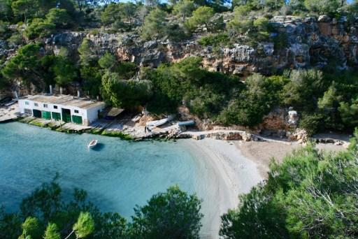 Die traumhafte Badebucht Cala Pi. Diesen Ort entdecken und ein Auto mieten für Mallorca