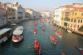 Rowing round to the Rialto on the Grand Canal