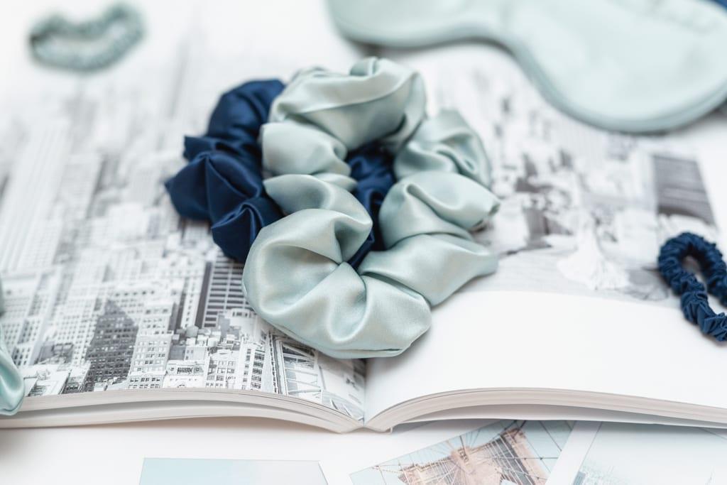 hodvábna gumička scrunchie Mint Blue