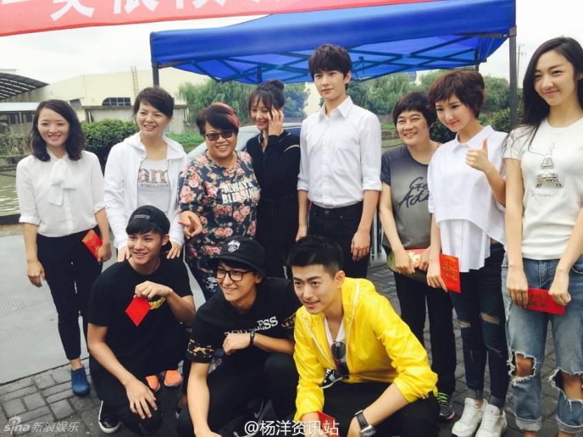 Cast Photo Bottom: Hao Mei, Hou Zi Jiu/Zhen Sui Wu Xiang?, Yu Gong Top: Si Si?, Er Xi,  (unknown woman), Xiao Nai, Wei Wei, Director?, unknown person, Xiao Ling? (Guesses based on cast info from http://baike.baidu.com/subview/2160039/17823576.htm if anyone else wants to double check)