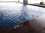 Kolam Renang dengan air tertiup angin