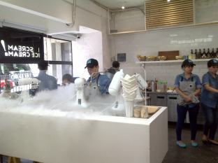 """Open Kitchen"" penyiapan liquid nitrogen ice-cream"