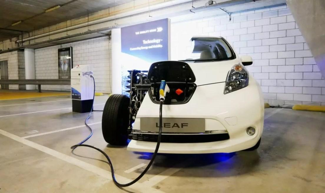 Nissan Leaf mit bidirektionaler Ladesäule