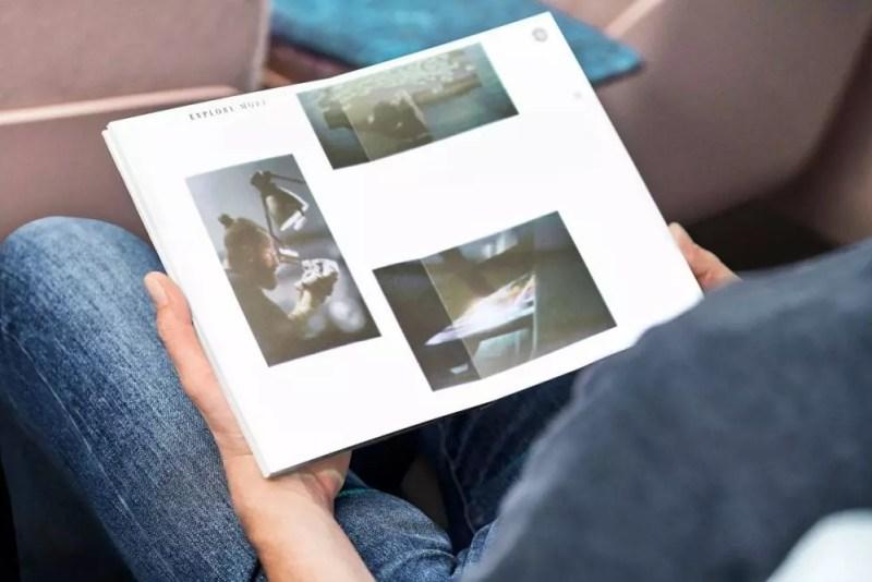 iNext: Beamer projiziert Inhalte auf weiße Seiten