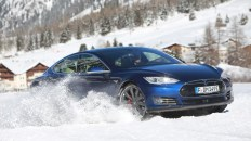 Tesla Model S auf Schnee und Eis