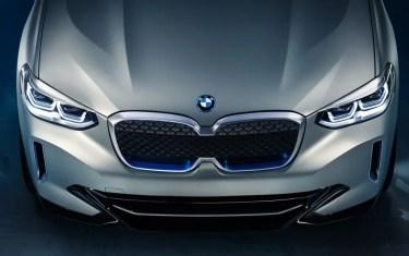 Die Doppelniere mit der blauen Akzentuierung steht für BMW i