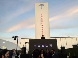 Supercharger vor dem Tesla Design Center in Hawthorne L.A.