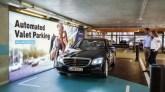 Parken mit einem Mercedes-Benz von Daimler und Sensoren von Bosch