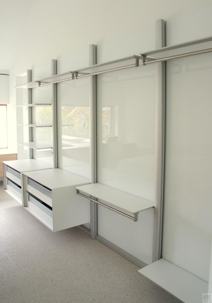 Moderne witte inloopkast slaapkamer op maat