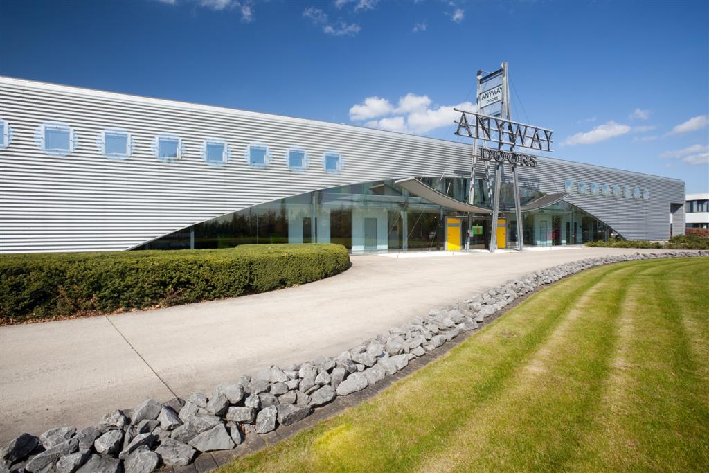 Bedrijf Anyway Doors en DRESS-A-WAY met 1000m² grote toonzaal te Massenhoven.