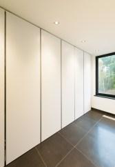 Lange witte moderne kastenwand op maat