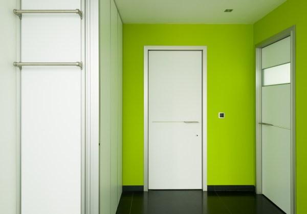 Combinatie moderne vestiaire en witte moderne binnendeuren.