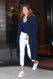 Women's white sneakers outfit 104
