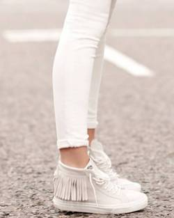 Women's white sneakers outfit 112
