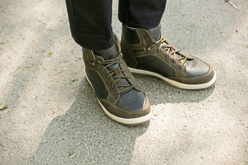Füße brauchen genügend Spielraum vor den Zehen, dürfen aber auch nicht zu weit sein, da sie ansonsten keinen ausreichenden Halt finden - Schuhe: Richtige Passform