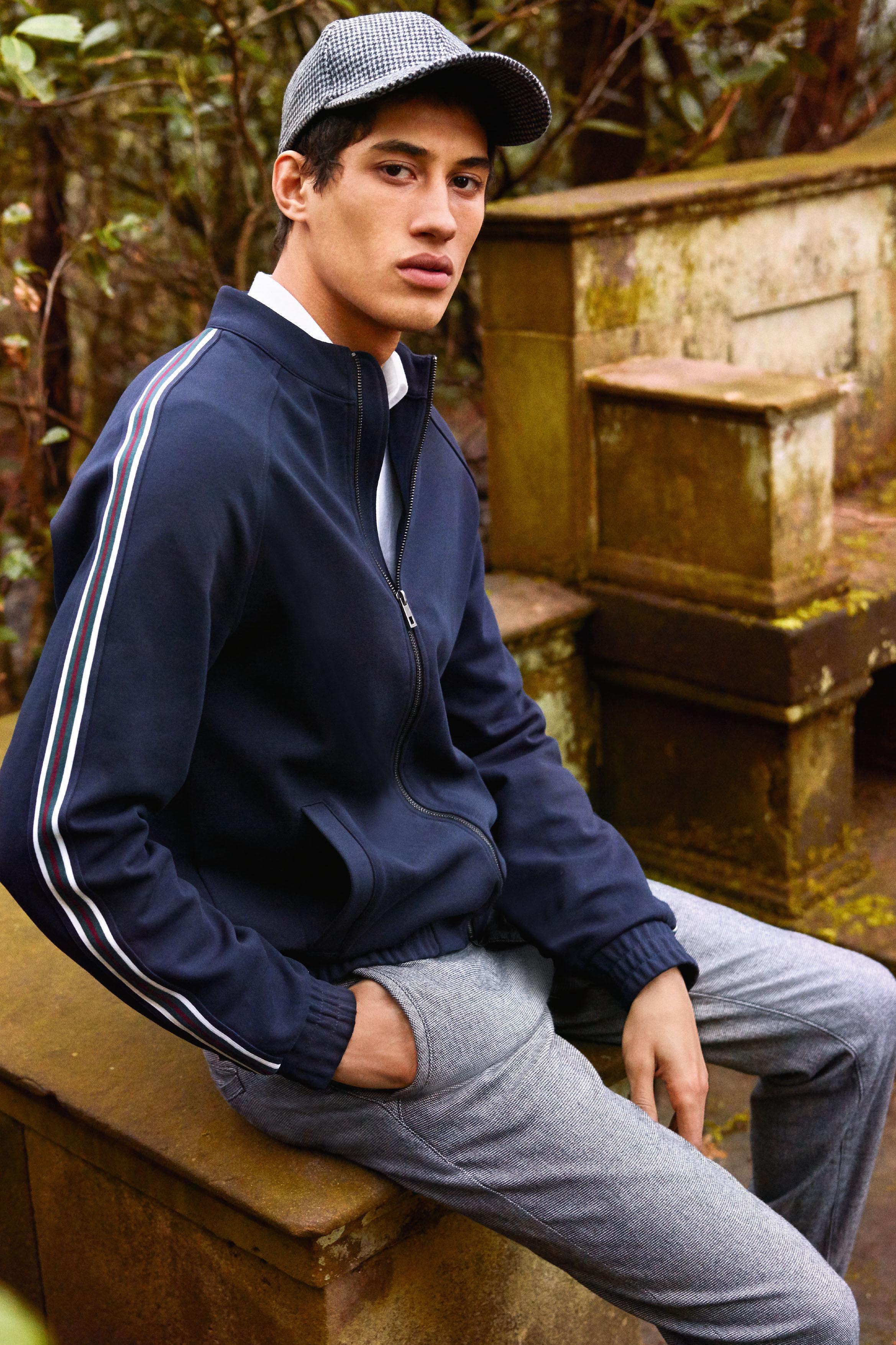 Trendige Kombination: Sportliche Jacke mit College-Streifen trifft Hahnentritt-Hose.