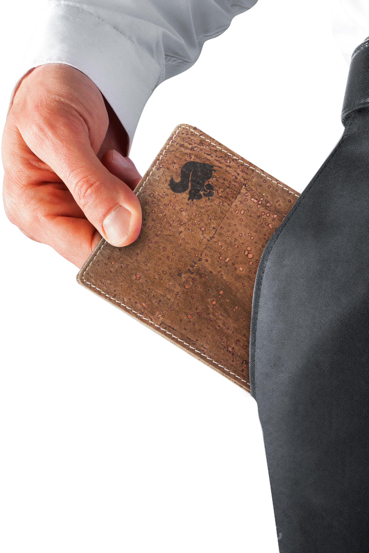 Durch den natürlichen Rohstoff Kork fühlt sich der Geldbeutel geschmeidig und angenehm an. Trotz des außergewöhnlichen Tragekomforts ist das Material genauso solide wie hochwertiges Rindsleder.