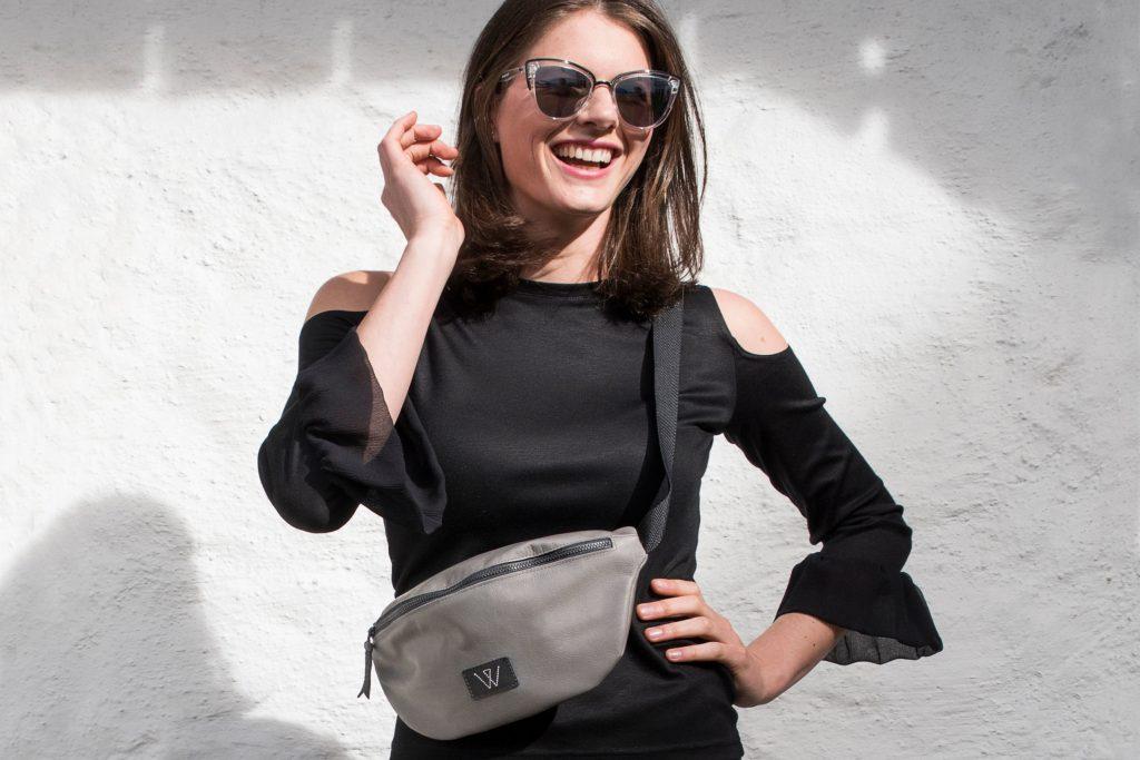 """Egal ob locker um die Hüfte geschnallt oder wie eine """"Body-Cross-Bag"""" um die Schulter getragen: Kaum eine andere Tasche bietet einen so großen modischen Handlungsspielraum wie eine Bauchtasche."""