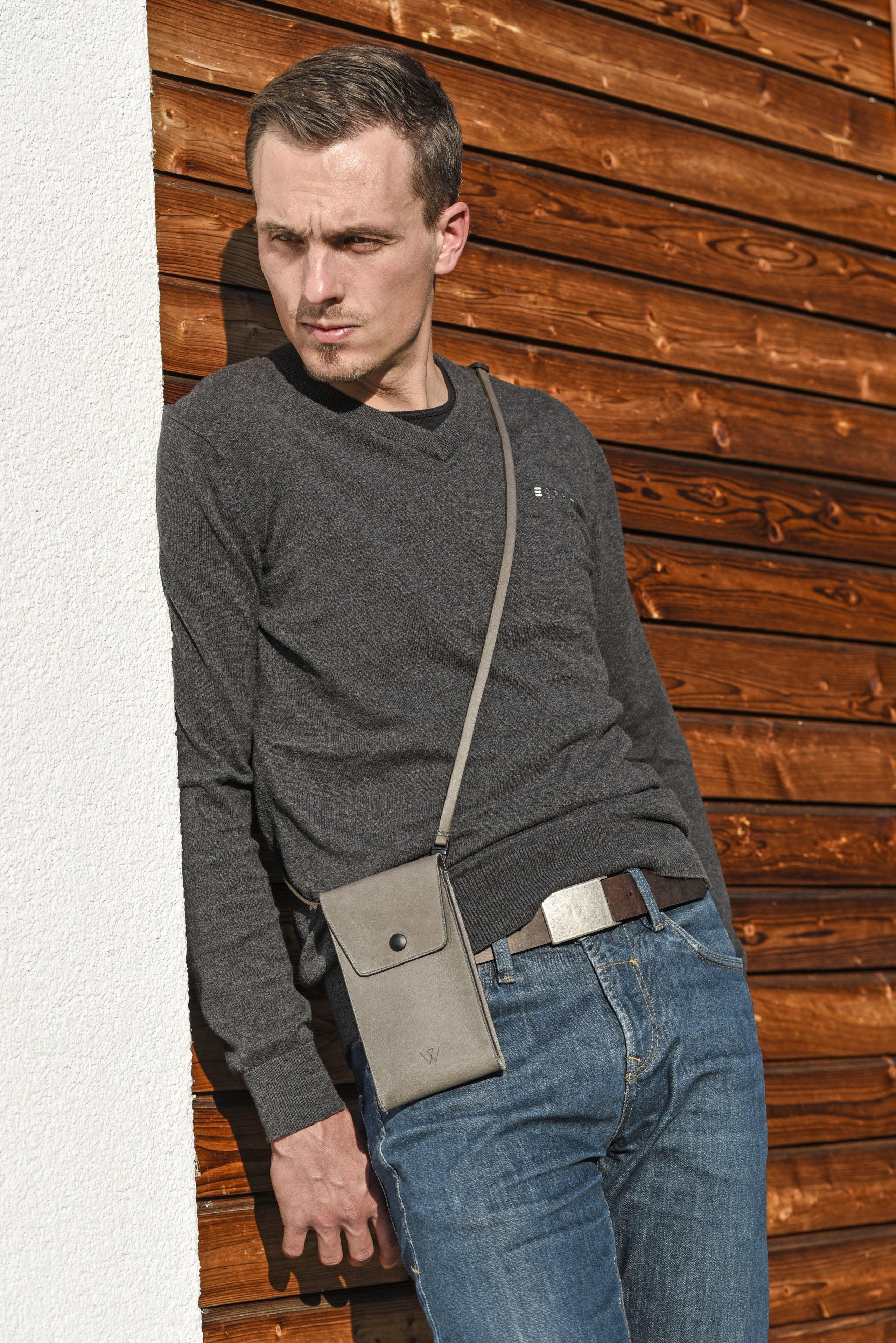 Auch bei Männern sind Handytaschen aus strapazierfähigem Leder ein äußerst angesagtes Accessoire.