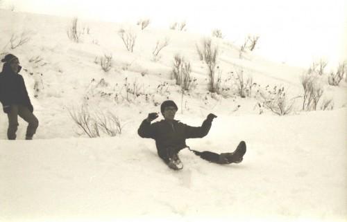 雪遊びに興じる特派員殿