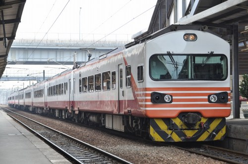 EMU1200型 高雄駅