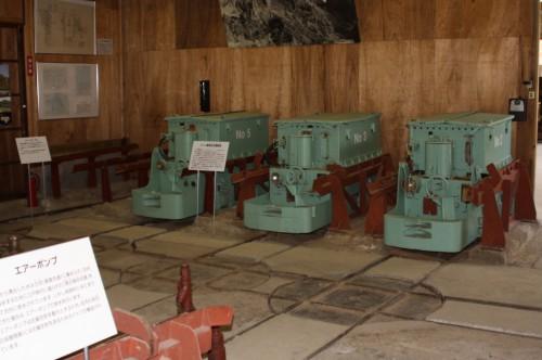 ターンテーブルと充電エリア並ぶ5,3,2号機。もう1両は坑内に展示。