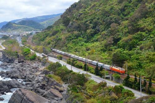 亀山付近を貨物列車がゆく