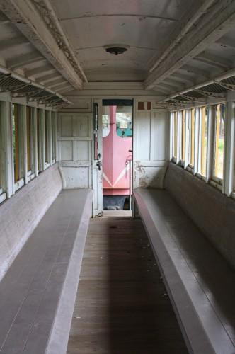 ホハ8の車内 木製ロングシート デッキ越しにホジが見える