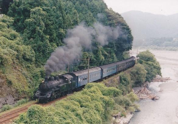 最初はこの位置で京阪特急を、と思っていたが、SL牽引列車の登場となった。