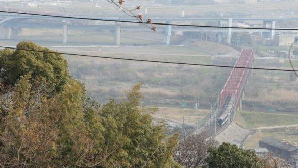 男山山頂の展望台からの眺め。工事中の道路橋脚と手前の電線が邪魔。
