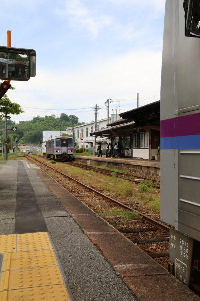 上下駅で臨8726Dと交換