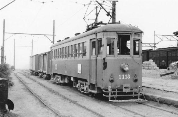 右は伊達駅、貨物列車は軽便電車が牽引。写:野崎氏撮影