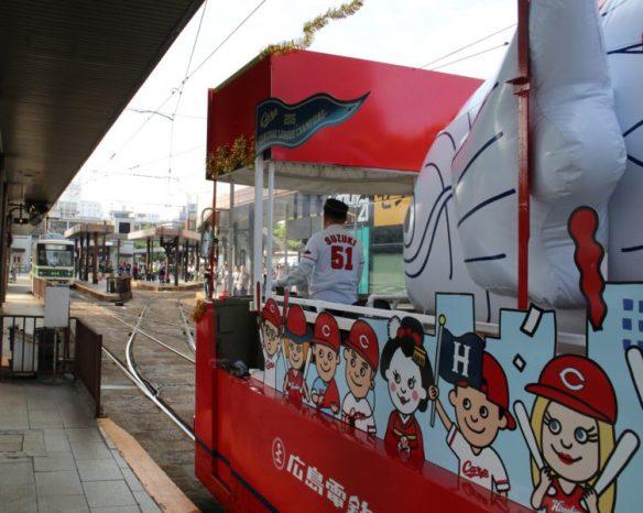 広島駅に到着した花電車と待ち受ける人たち