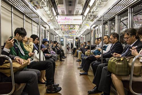 Organização e limpeza no metrô em Tóquio