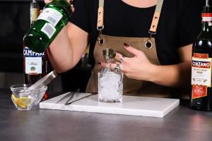 Negroni_versare il gin