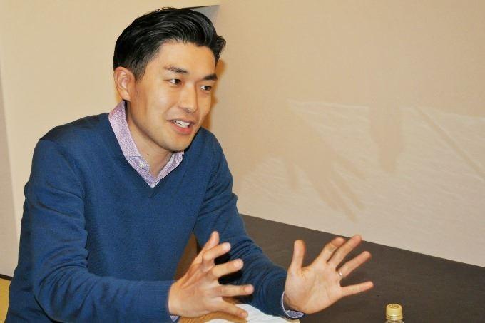 インタビューに応じる代表の松本理寿輝さん