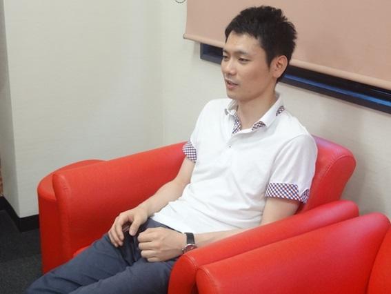 インタビューに答える横山さん