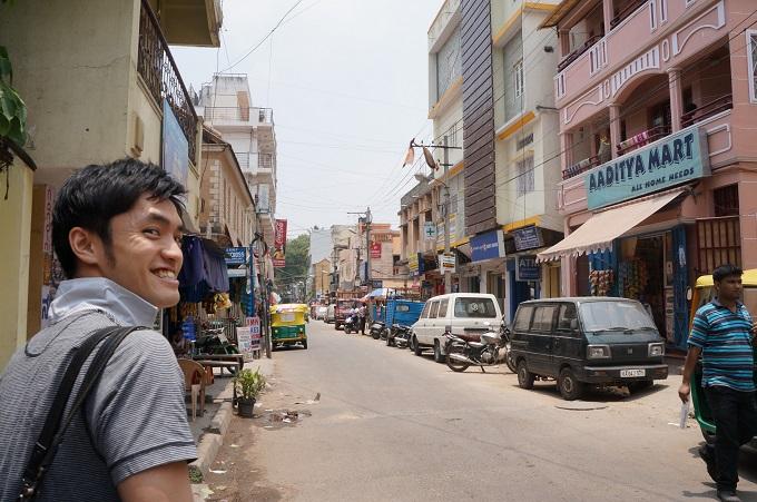 インドにて、派遣先候補団体との面談を終え、周辺地域の安全確認をしている斎藤さん