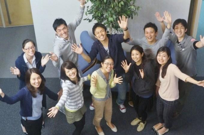 オフィスにてインタビューに応える松島由佳さん(左)と、小沼大地さん(右)