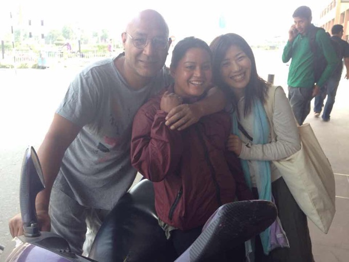 ネパールでの生産パートナーのキスマットさん(左)、生産管理をしているサリナさん(中央)と中村さん(右)