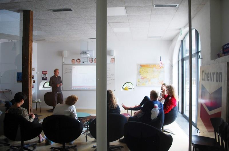 リラックスできるように空間や家具が配置された部屋での対話風景。(矢野さん提供)
