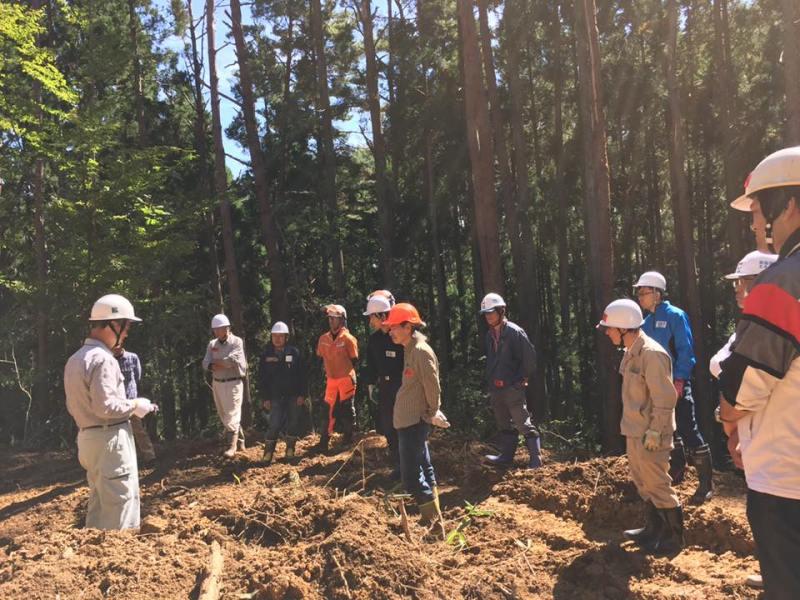 林業家養成塾/森のアカデミー。実際に山に入って、チェーンソーの使い方、急峻な山からも伐り出す方法、安全な林道の作り方、などを学ぶ。
