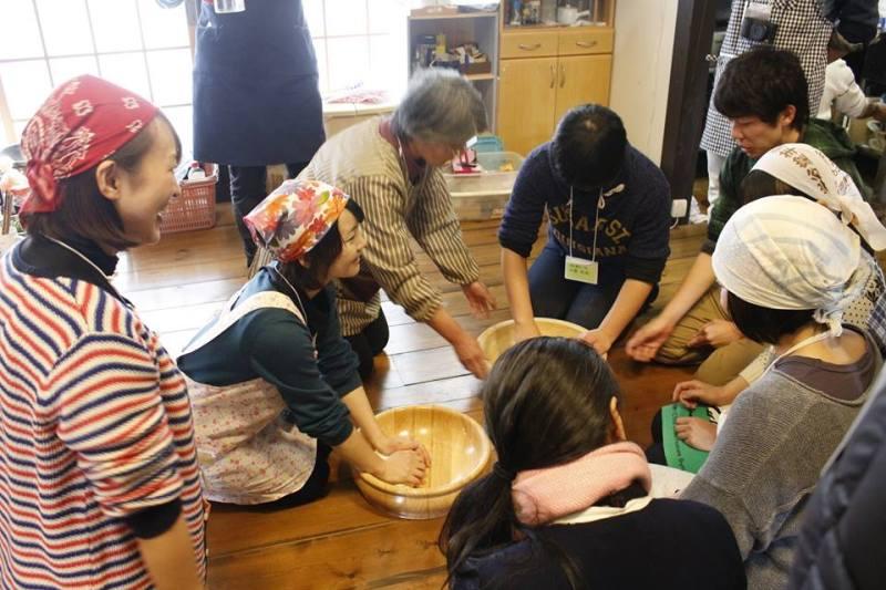 地域イベントで、参加者がひっつみという郷土料理を教わっている様子。
