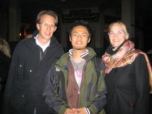 小沼さん(中央)の人生を変えた、ふたりのドイツ人コンサルタントと