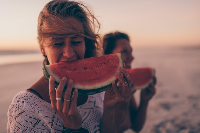 beach-food-summer-fun-watermelon-eating-healthy-woman-happy-vitamines_t20_a8EdkE.jpg