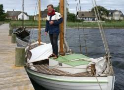 Sigurd Buch Kristensen på sin nyrestaurerede drivkvase Svalen af Ommel. Foto: Svend Aage Christensen
