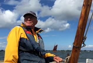 Kapsejlads. Otto Vornøe ved roret på drivkvasen K1054 Karen af Bogø. Bagude den tyske drivkvase, Zeesenboot FZ25 Gertrud. Foto: Hanne Hollnagel