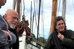 Lagsmedlem Christian Rosdahl og lagets webredaktør Brigitte Alfter på Karen i Dybvig Havn. Foto: Hanne Hollnagel