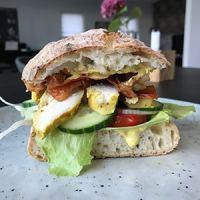 club sandwich clubsandwich med kylling dressing hjemmebagt brød
